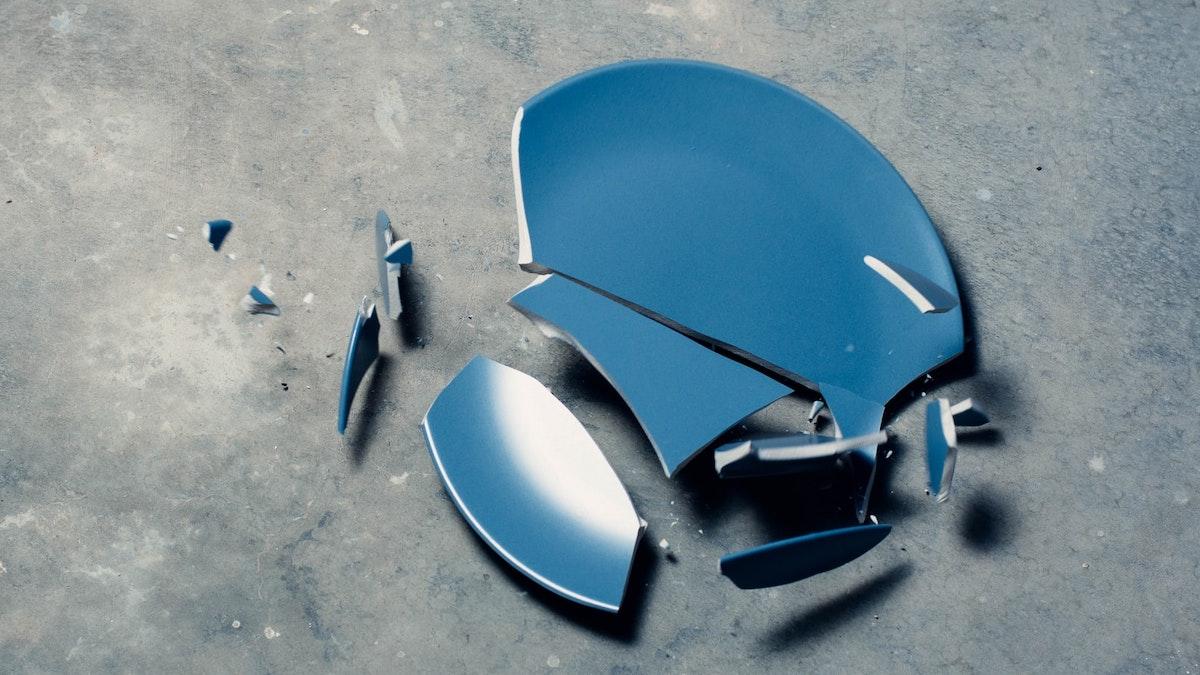 割れたお皿のイメージ写真
